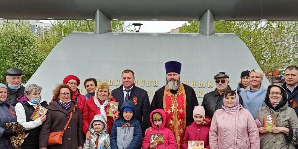 В День Победы священник Марк Кравченко принял участие в возложении цветов у памятника летчикам 108-го Гвардейского штурмового авиационного полка