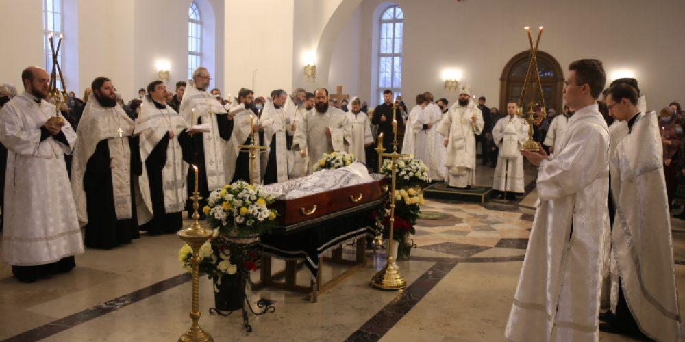 Архиепископ Егорьевский Матфей совершил Божественную литургию в храме Сретения Господня в Жулебине и возглавил отпевание протоиерея Сергия Бирюкова