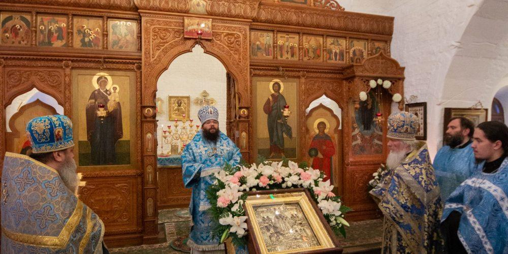В праздник иконы Божией Матери «Всех скорбящих Радость» архиепископ Егорьевский Матфей совершил Божественную литургию в храме на улице Гурьянова