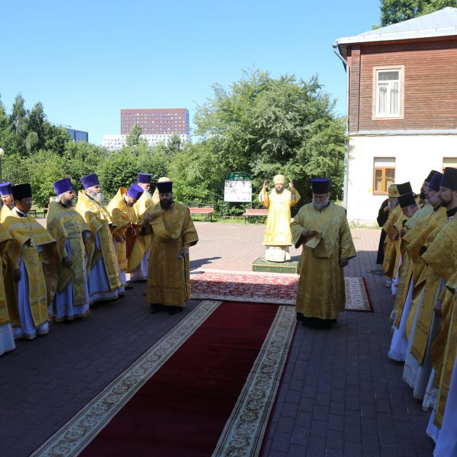 Архиерейское богослужение в храме Живоначальной Троицы в Свиблове