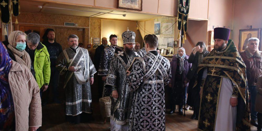 Архиепископ Егорьевский Матфей совершил литургию Преждеосвященных Даров в храме преподобного Александра Свирского в Грайворонове