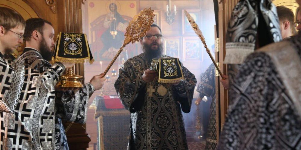 Архиепископ Егорьевский Матфей совершил литургию Преждеосвященных Даров в храме святых Жен-Мироносиц в Марьине