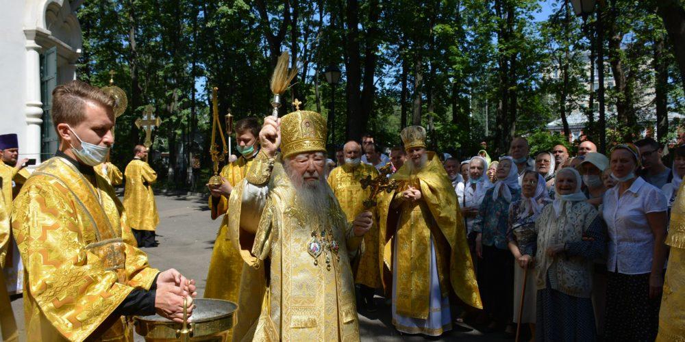Митрополит Ювеналий возглавил престольные торжества в храме святых апостолов Петра и Павла в Лефортове