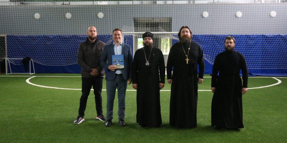 Архиепископ Егорьевский Матфей провел выездное совещание на стадионе «Свиблово» по вопросам проведения епархиальных игр среди воскресных школ Москвы