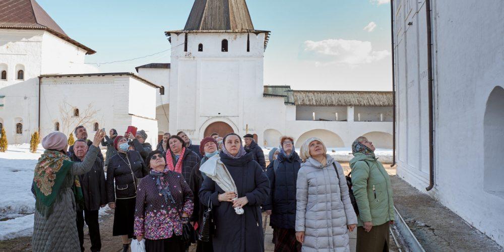 Прихожане храма святых апостолов Петра и Павла в Лефортове посетили Пафнутьево Боровский монастырь
