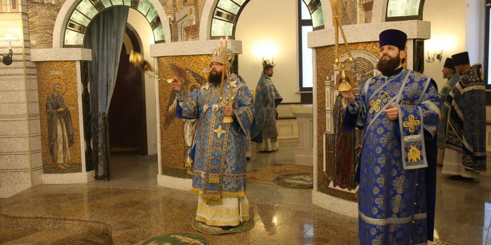 В праздник Казанской иконы Пресвятой Богородицы архиепископ Егорьевский Матфей совершил Божественную литургию в храме иконы Божией Матери «Воспитание» в Некрасовке