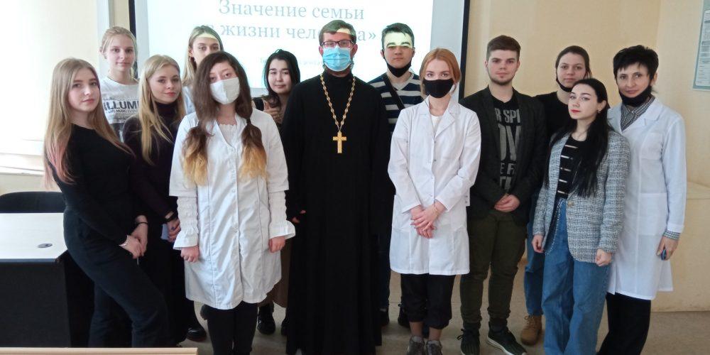В Текстильщиках состоялась беседа священника со студентами о браке и семье