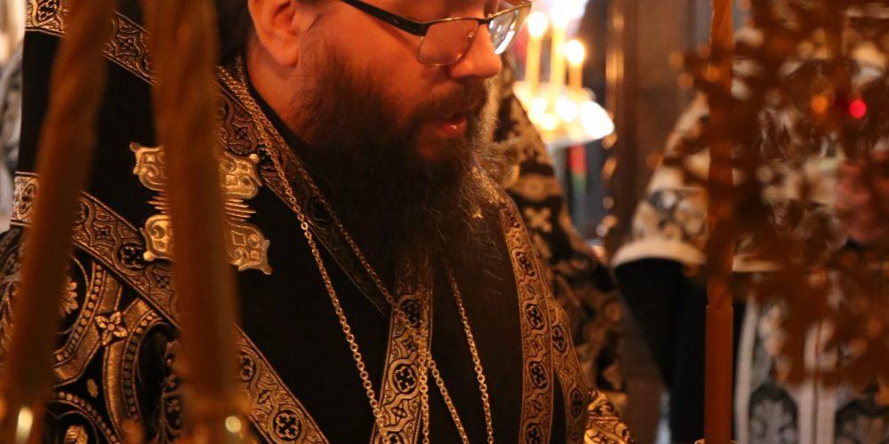 В канун пятницы Страстной седмицы архиепископ Егорьевский Матфей совершил в храме Живоначальной Троицы в Карачарове утреню с чтением двенадцати Страстных Евангелий