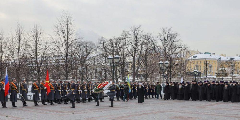 Архиепископ Егорьевский Матфей принял участие в церемонии возложения венка к могиле Неизвестного солдата у Кремлевской стены